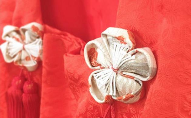 <span>ちょっとひと工夫</span> 古いお着物には、ちょっと差し色の小物をコーディネートに加えたり、お子様のお着物には手作りのつまみ細工の髪飾りを合わせてみたり。 七五三のお被布飾りになかなか気に入るものがない時も、古布で被布飾りを作ってあしらってみるととても可愛らしく、和の香アレンジを楽しんでいます。<br/>